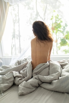 La ragazza tenera si sveglia di mattina