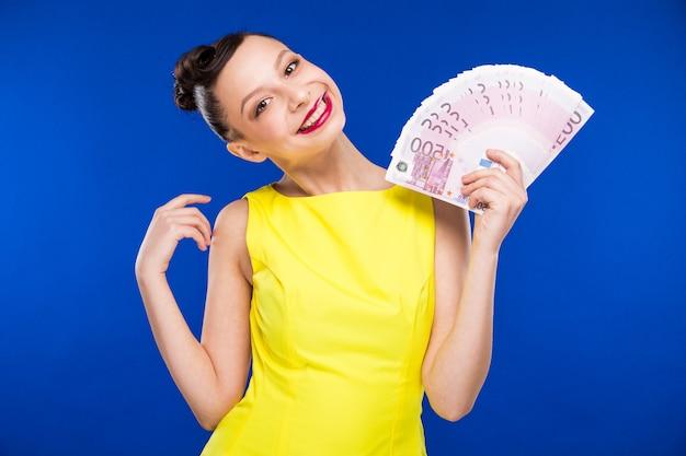 La ragazza tiene i soldi in mano