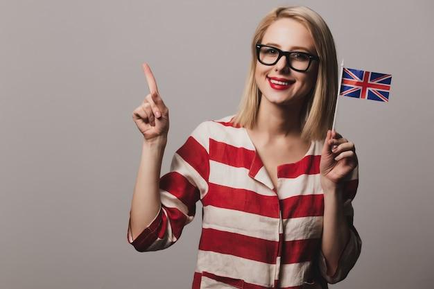 La ragazza tiene la bandiera britannica
