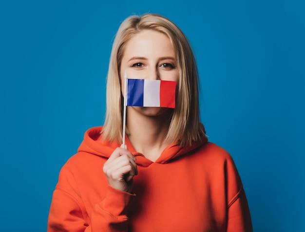La ragazza tiene la bandiera della francia
