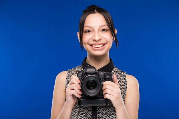 La ragazza tiene la fotocamera in mano