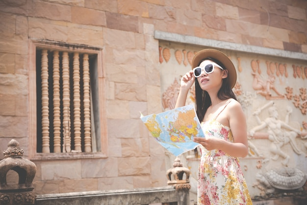 La ragazza tiene una mappa turistica nella città vecchia.