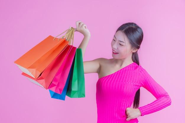 La ragazza tiene una moda shopping bag e bellezza