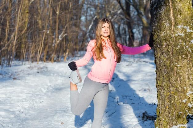 La ragazza va dentro per gli sport a winter park.