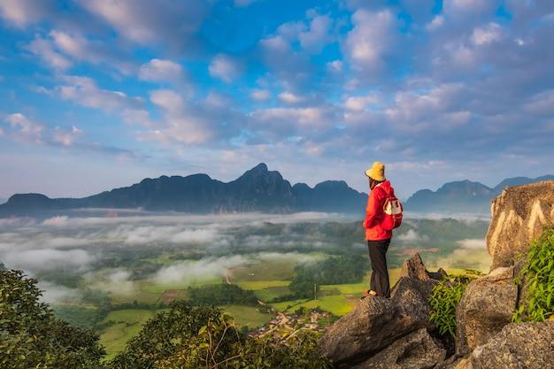 La ragazza viaggia sull'alta montagna in vang-vieng, laos.