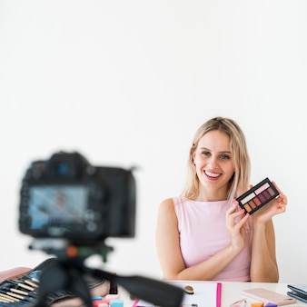 La registrazione di blonde influencer compone il video