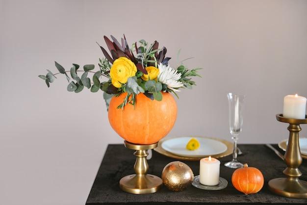 La regolazione della tabella fiorisce la decorazione di cerimonia nuziale, fiori di autunno
