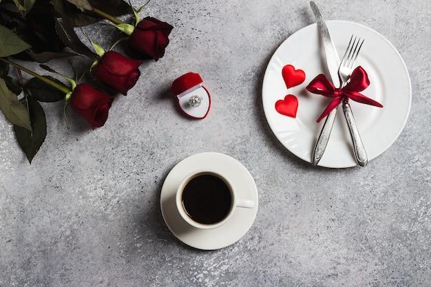 La regolazione romantica della tavola di giorno di san valentino mi sposa l'anello di fidanzamento di nozze