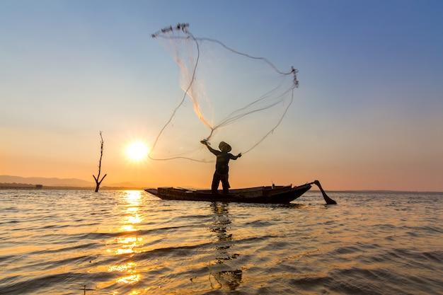La rete del getto del pescatore nell'acqua di mattina