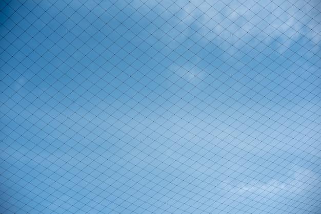 La rete nel campo di calcio sul retro è cielo