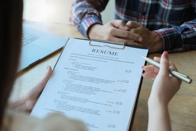 La revisione contabile riprende il documento del richiedente e intervista al richiedente la selezione delle risorse umane per l'azienda. discutere i concetti del colloquio di lavoro.