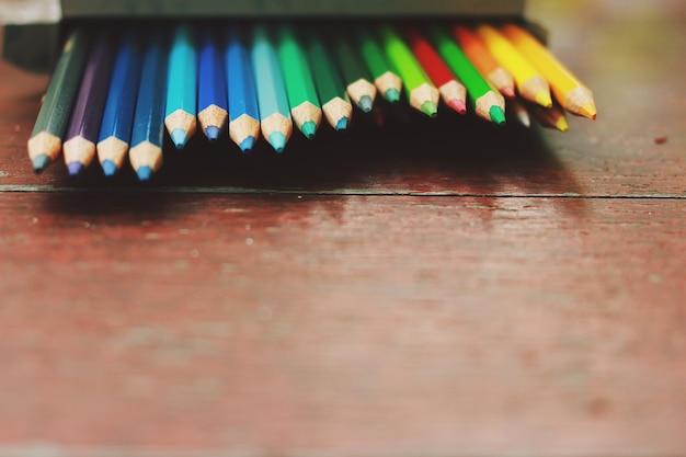 La riga del colore della matita è contenuta nel blocco di carta