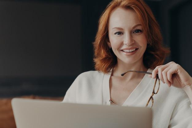La ripresa dell'interno del copywriter della donna professionale lavora al contenuto di pubblicità della creazione