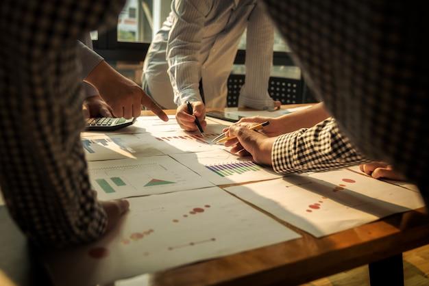 La riunione degli uomini d'affari raggruppa l'investimento di discussione aziendale e il concetto di investimento nella sala per conferenze.