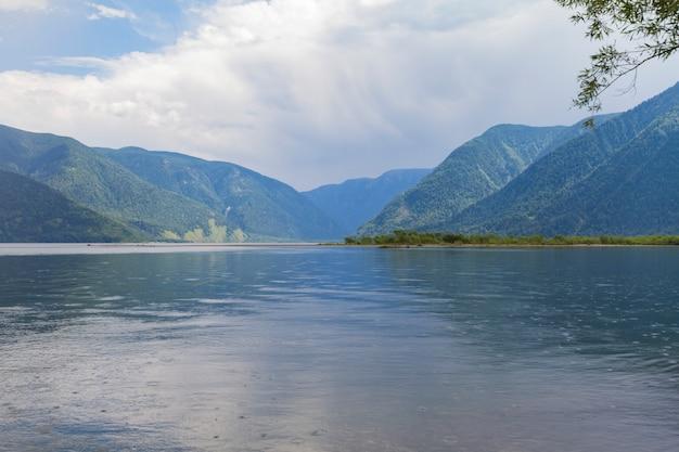 La riva del lago teletskoye in altai