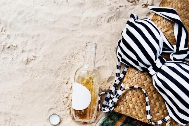 La riva della costa di svago di freddo della spiaggia del sidro del bikini si rilassa il concetto