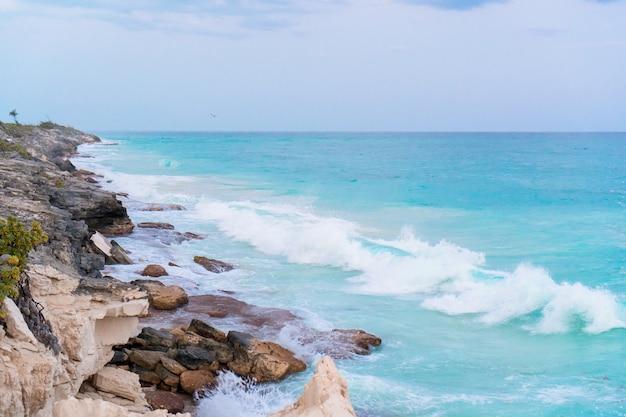 La riva e le pietre di mare si chiudono in cuba
