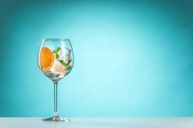 La rosa cocktail esotici e frutta su sfondo blu
