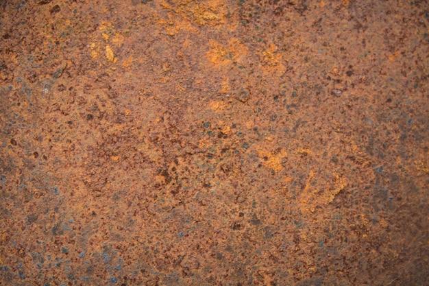 La ruggine del brown macchia la struttura di vecchia pittura bianca sulla parete di metallo arrugginita. sfondo di metallo arrugginito.