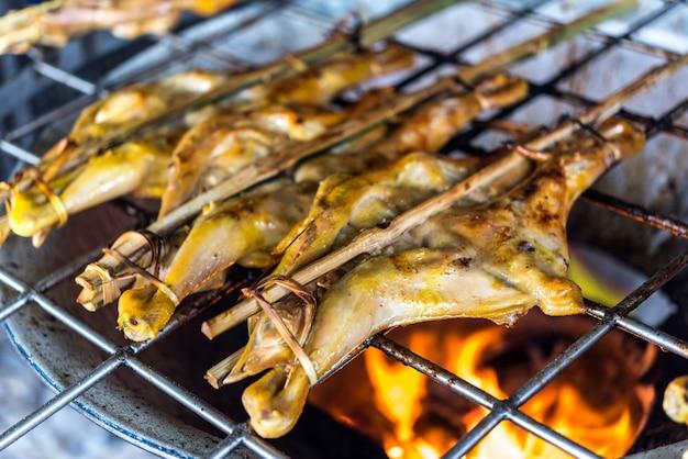La salsa di pollo alla griglia è un cibo barbecue tailandese cucinato con pollo e salsa