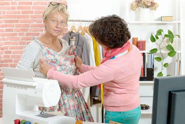 La sarta mostra un modello di vestito