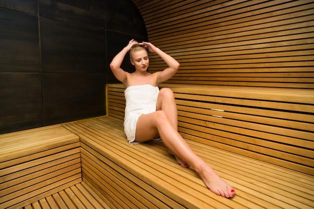 La sauna del bagno a vapore della donna si rilassa