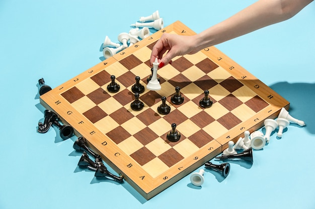La scacchiera e il concetto di gioco di idee imprenditoriali e concorrenza.
