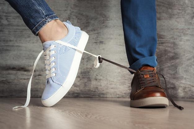 La scarpa da donna si allontana da quella maschile. concetto di rottura delle relazioni familiari o dei litigi