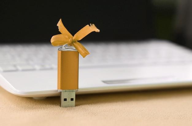 La scheda di memoria flash usb arancione con un arco si trova sulla coperta