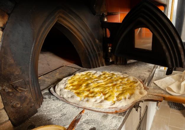 La schiacciata è una specie di pane prodotto in toscana, in italia.