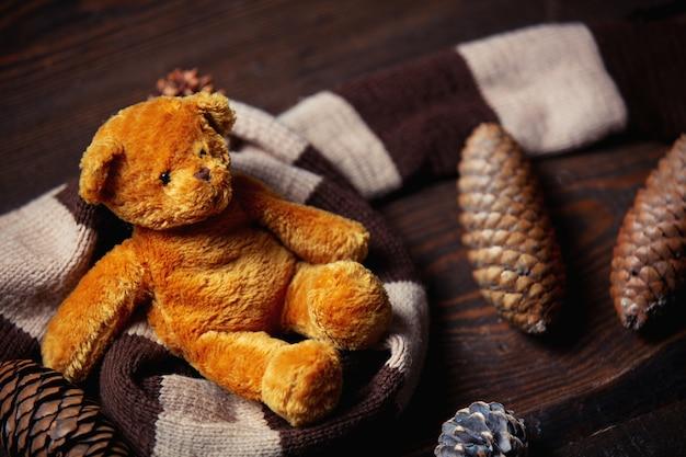 La sciarpa e l'orsacchiotto riguardano la tavola di legno