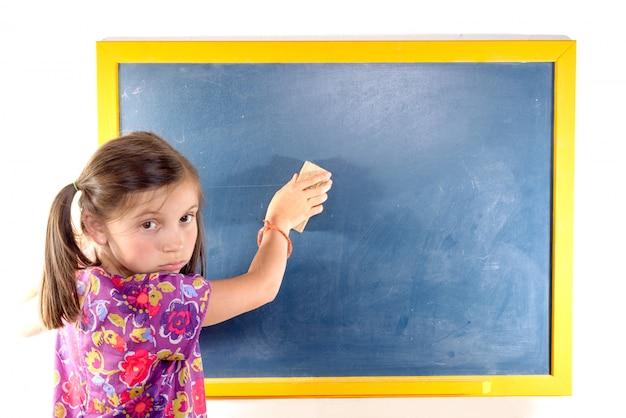 La scolara cancella la lavagna