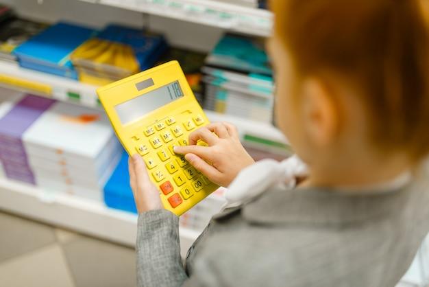 La scolara tiene la calcolatrice, la cartoleria