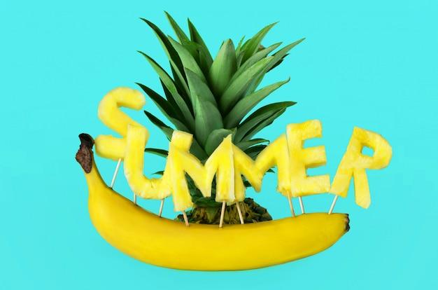 La scritta estate, ananas e banana