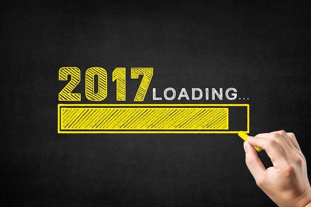 La scrittura a mano su una lavagna il 2017 con una barra di carico