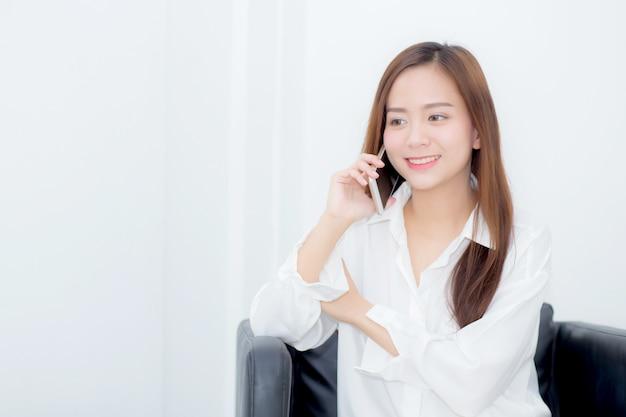 La seduta sorridente della bella donna asiatica del ritratto si rilassa sulla sedia