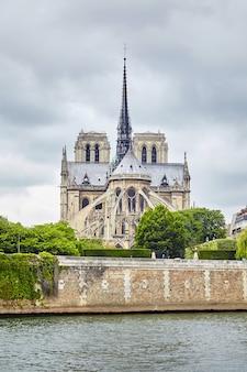 La senna e la cattedrale di notre dame de paris, parigi, francia, europa