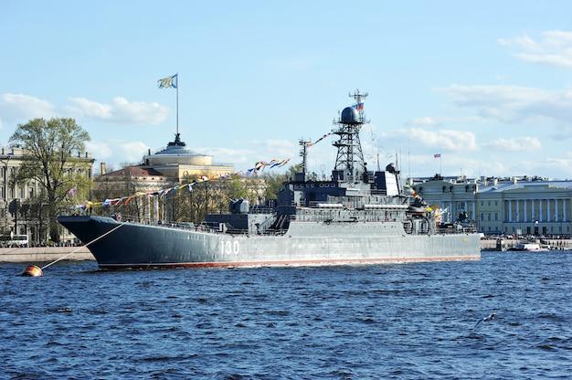 La sfilata di navi da guerra sul fiume neva a san pietroburgo in onore di 70 anni di vittoria nella grande guerra patriottica. grande nave da sbarco