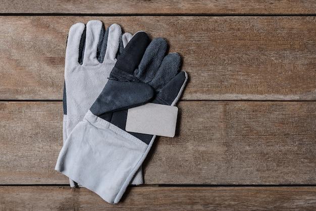 La sicurezza prima di tutto sul biglietto da visita nella costruzione in pelle con guanti protettivi