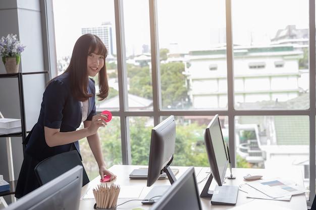 La signora dell'ufficio è bella asiatica in ufficio moderno
