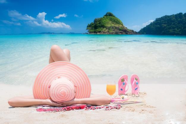 La signora dorme e si rilassa sulla spiaggia