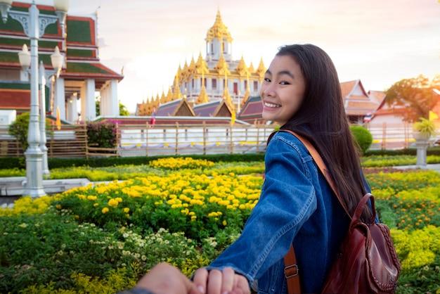 La signora tailandese viaggia nella città di bangkok