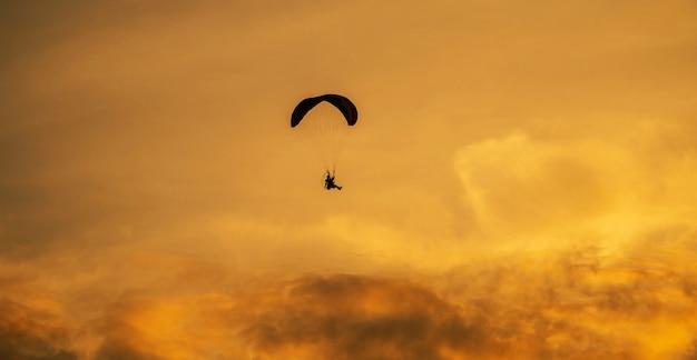 La silhouette del paramotore al tramonto