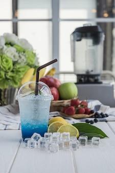 La soda italiana del limone ha sistemato sulla tavola di legno