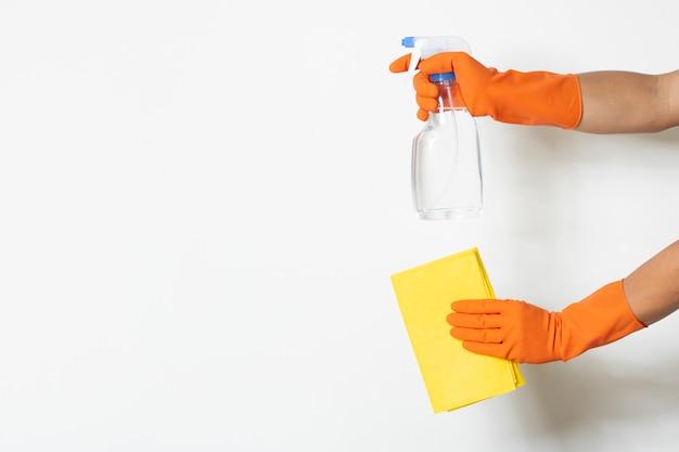 La soluzione pulita del prodotto disinfettante protegge il fondo bianco di copia-spazio del guanto del chimico d'uso del lavoratore di contaminazione dei batteri virus covid-19