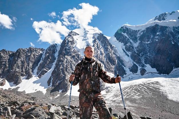 La sopravvivenza in natura. un uomo in montagne di cammuffamento