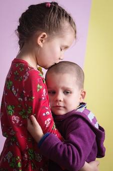 La sorella consola il fratello