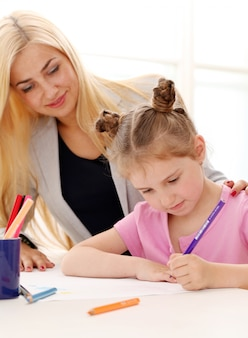 La sorella maggiore insegna alla sorella minore come disegnare
