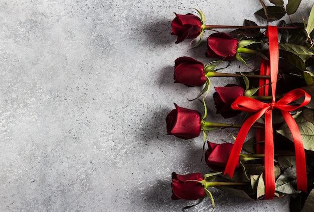 La sorpresa del regalo del mazzo delle rose rosse di giorno delle madri delle donne di giorno di biglietti di s. valentino