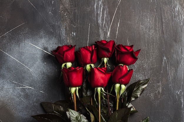 La sorpresa del regalo della rosa rossa di giorno delle madri delle donne di giorno di biglietti di s. valentino su buio